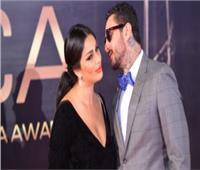 صور| للمرة الثانية.. أحمد الفيشاوي يقبل زوجته بحفل جوائز «ACA»