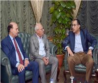 هيئة قناة السويس تهدي «مدبولي» درعا تذكاريا