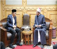 «عباس» يلتقي وفد المنظمة العالمية لخريجي الأزهر بإندونيسيا