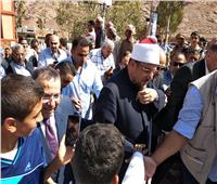 صور| وزير الأوقاف يوزع صكوك الأضاحي على الأسر الأولى بالرعاية بسانت كاترين