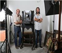 حكايات| ستوديو بيلا.. «مصوراتي» التاريخ يعمل بكاميرا أثرية عمرها 100 عام