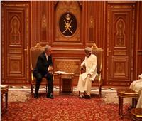 فيديو وصور  السلطان قابوس يستقبل نتنياهو وحرمه بمسقط