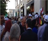 الجالية المصرية تحتشد أمام مقر إقامة الرئيس السيسي ببرلين للترحيب به