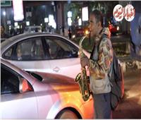 فيديو| «عم محمد» عازف«ساكسفون» في إشارات المرور مجانًا
