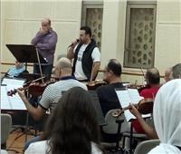 صور| الحلاني يجري البروفة النهائية قبل حفل الموسيقي العربية