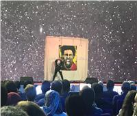 صور| أجنبي يرسم صورة لـ«محمد صلاح» على مسرح شباب العالم