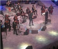 عاصي الحلاني يبدأ حفل مهرجان الموسيقى العربية بأغنية «بحبك وبغار»