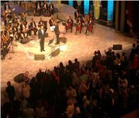 صور| «رامي عياش» يختتم حفله بغناء النشيد الوطني لمصر