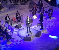 وزيرة الثقافة ومدير المنتخب يستمتعون بغناء هاني شاكر في الأوبرا