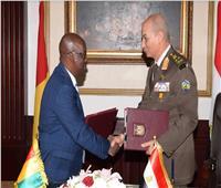 وزير الدفاع يلتقي وزير الدولة لشئون الرئاسة ووزير الدفاع الوطني لجمهورية غينيا