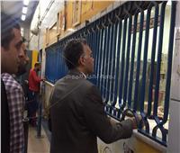صور| وزير النقل يشتري تذكرة مترو من محطة شبرا في جولة مفاجئة