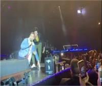 فيديو  لحظة سقوط احمد زاهر في حفل تامر حسني