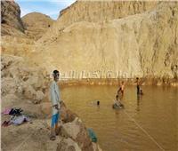 صور| عزبة سعيد بقرية المعابدة تتحول لحمامات سباحة للأطفال