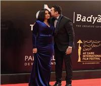 أحمد الفيشاوى يقبل زوجته في مهرجان القاهرة السينمائي