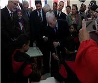 سفير اليابان بالقاهرة ينظف فصلا في العبور بـ«المقشة»