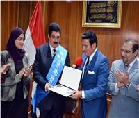 تكريم محافظ القليوبية ومنحه شهادة سفير فوق العادة