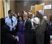جولة مفاجئة لمحافظ الأقصر داخل المستشفى العام