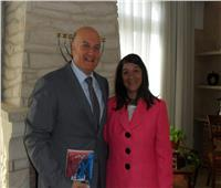 بعد نشر صورتها مع السفير الإسرائيلي.. منى برنس «بدور على مصلحتي»