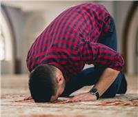 في السجود للصلاة «النزول أولا باليد أم القدم»؟.. «البحوث الإسلامية» تجيب