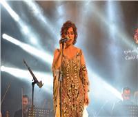 صور| أصالة تسخر من رانيا يوسف: «فستاني من 6 بطانات»