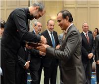 محمد البهنساوي يسلم كأس أفضل ثالث لاعب في بطولة العالم للبليارد