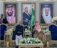 خادم الحرمين يبحث مع الرئيس الباكستاني مستجدات الأحداث في المنطقة
