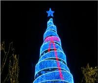 أثينا تضيء «شجرة الكريسماس» وسط هطول الأمطار| فيديو