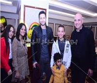 صور| حمادة هلال وكارين يحتفلان بعيد ميلاد نجل مصفف الشعر طارق الطحان
