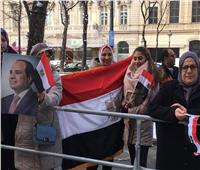 بالأعلام وصور الرئيس| الجالية المصرية تحتشد أمام مقر إقامة السيسي بفيينا