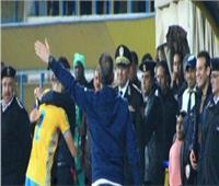 فيديو| باهر المحمدي يعانق مدير أمن الإسماعيلية بعد الهدف الأول