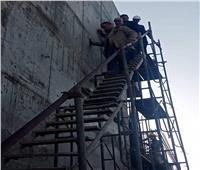 محافظ الجيزة يتسلق السقالات الحديدية الخطرة بمحطة مياة جزيرة الدهب