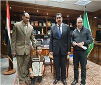 بعد استجابة الرئيس لمناشدته.. محافظ القليوبية يستقبل محمد عبد النبي