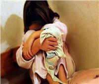 ماء مغلي وتقييد بالسلاسل.. أم تعذب طفلتها بسبب «التبول»