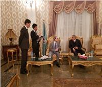 السفير الياباني يتجول بشارع كورنيش النيل بالمنيا سيرا على الأقدام