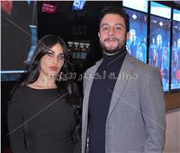 صور  الفيشاوي وزوجته يخطفان الأنظار في العرض الخاص لـ«122»