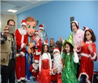 صور| عروض ترفيهية وهدايا «بابا نويل» علي مرضي السرطان بالأقصر