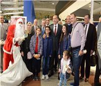 بالورود والشوكولاتة.. وزير الطيران يهنئ العاملين والمسافرين بالعام الجدید
