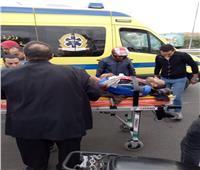 صور| إصابة شاب سقط عليه عمود إنارة في العبور