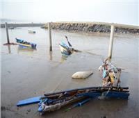 الأمواج تطيح بمركب صيد داخل البحر بشمال سيناء