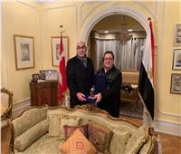 «نصر» يهدي سفير مصر بالدنمارك درع اتحاد اليد