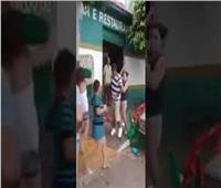 فيديو| رجل يضرب سيدة وكان الرد مفاجأة