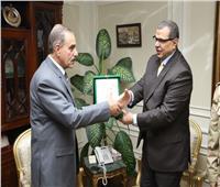 سعفان يتبادل الدروع مع محافظ أسيوط في افتتاح ملتقى التوظيف