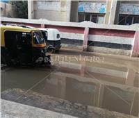 بالصور.. شارع المدارس ببسيون غارق في مياه الامطار
