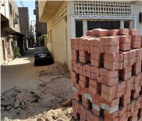 تركيب بلاط «الإنترلوك» في الشوارع الضيقة التي لا يصلها الرصف بالأقصر