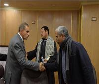 محافظ أسيوط يقدم العزاء لأسر المصريين الـ5 المتوفين بالكويت