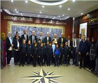 محافظ الأقصر يلتقي طلاب مدرسة «النيل الدولية»