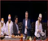 فيديو| تامر أمين يأكل على الهواء: «هبقى في حجم عمرو أديب قريب»