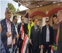 المواطنون يوزعون الورود والأعلام على رجال الشرطة بجنوب سيناء