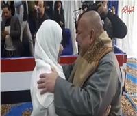 شاهد| بالدموع أب يحتضن ابنته المفرج عنها