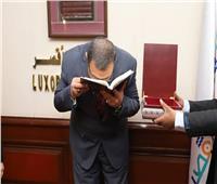 صور| وزير القوى العاملة يتبادل الدروع مع «نائب محافظ الأقصر»